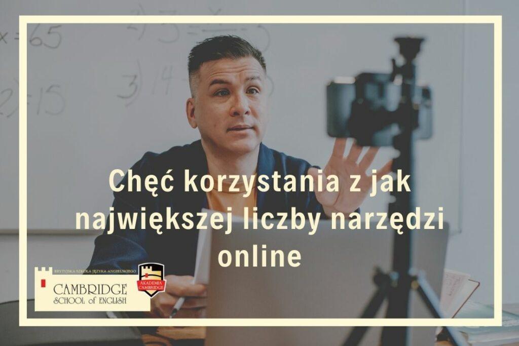 Nauczyciel uczy języka angielskiego online, wykorzystując nowoczesne narzędzia edukacyjne.