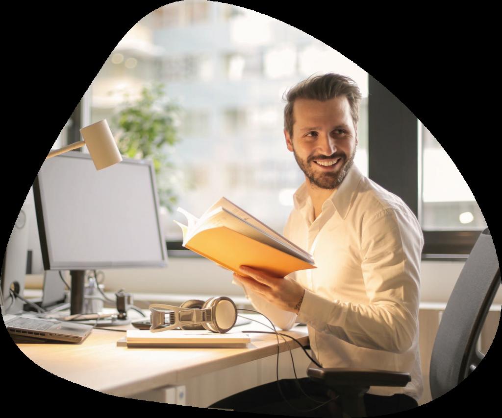Mężczyzna uczący się języka angielskiego w domu online poprzez czytanie książek