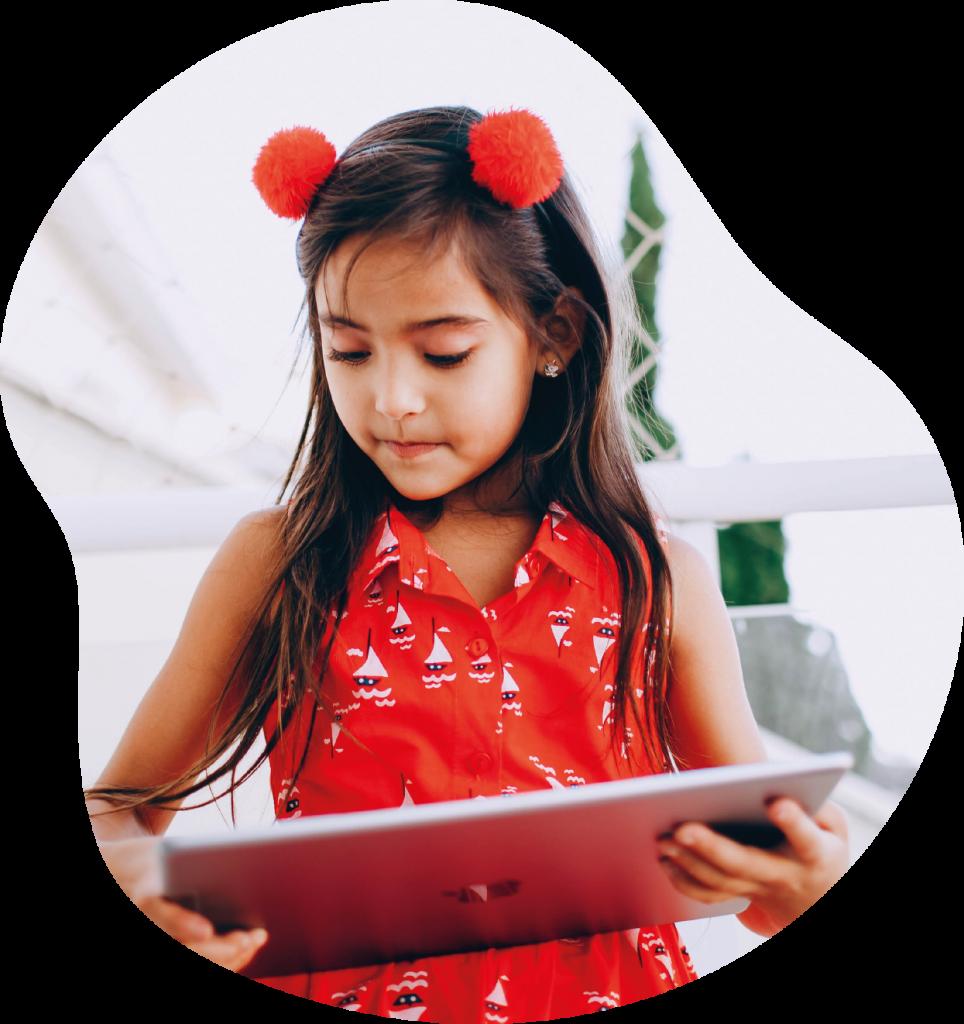 Dziecko uczące się w młodym wieku języków obcych i angielskiego online, inwestujące w przyszłość