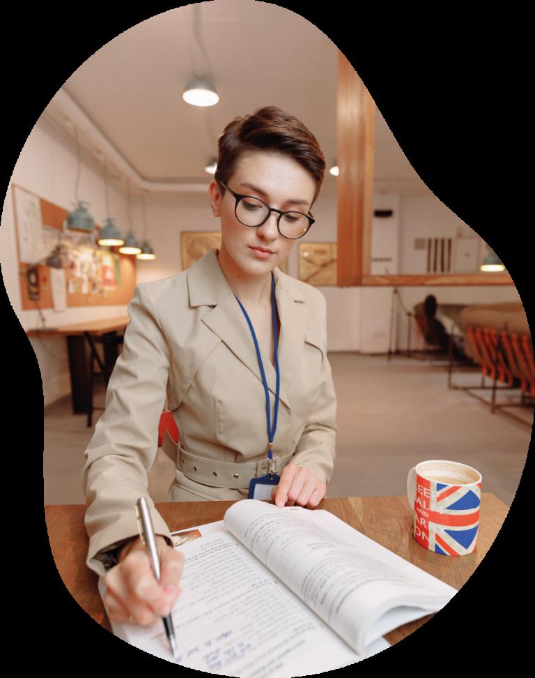 Kobieta efektywnie utrwalająca angielskie zwroty i kostrukcje gramatyczne