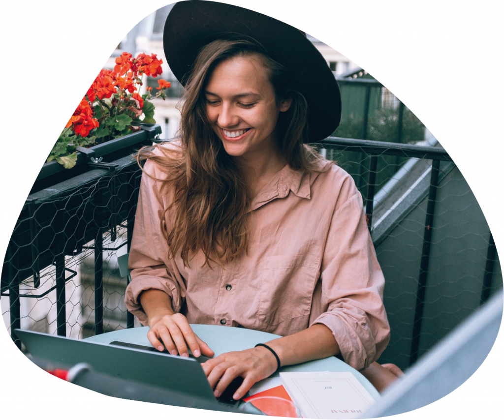 Kobieta łącząca swoje zainteresowania z nauką angielskiego online i innego języka obcego.